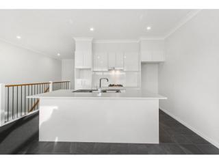 View profile: BRAND NEW MODERN TOWNHOUSE WITH A VIEW!!!!
